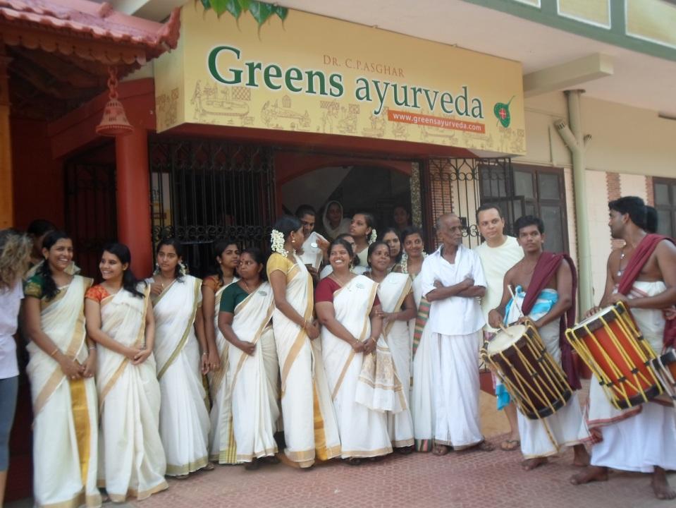 Cérémonie d'accueil avec  personnel médical et joueurs de tambour - Centre Greens Ayur - Inde